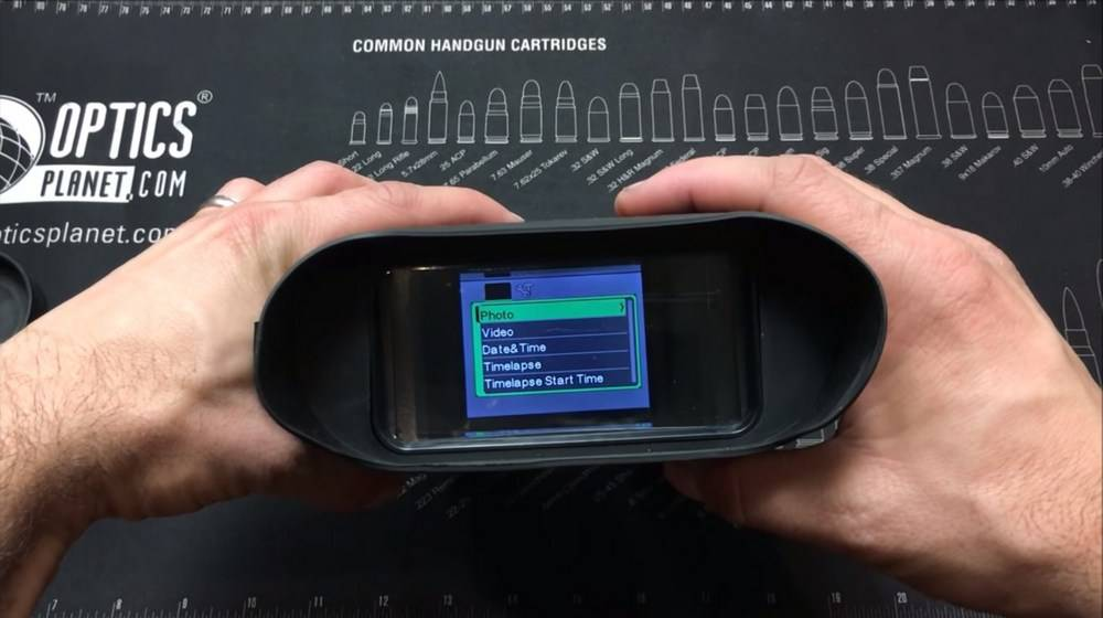 Bestguarder NV-900 4.5-22.5×40 has a 4-inch LCD screen